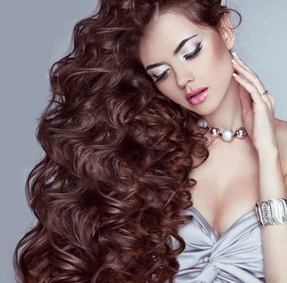 chica con pelo largo y extensiones de pestañas